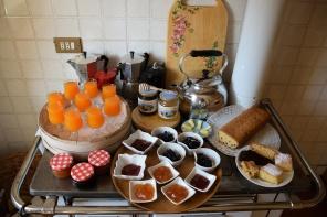 colazioni con caffè, miele, torte, succhi di frutta e marmellate
