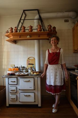 Stube tipica con colazioni servite in abiti tirolesi
