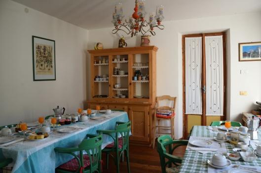 sala per le colazioni apparecchiata