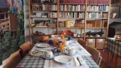 Sala colazione con libreria
