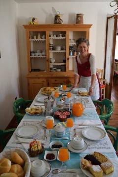 Tavola per colazione apparecchiata